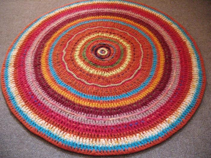 Gehäkelter, bestickter und gefilzter Teppich, 105 cm im Durchmesser.